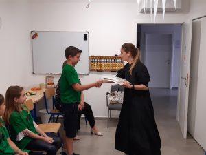 Lora Bandula dodjeljuje diplome